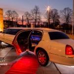 Seitenansicht auf dem roten Teppich vom Lincoln Towncar des Chauffeuerservice Dortmund