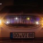 Limousine Frontansicht des Kühlergrills mit angeschalteten Scheinwerfern
